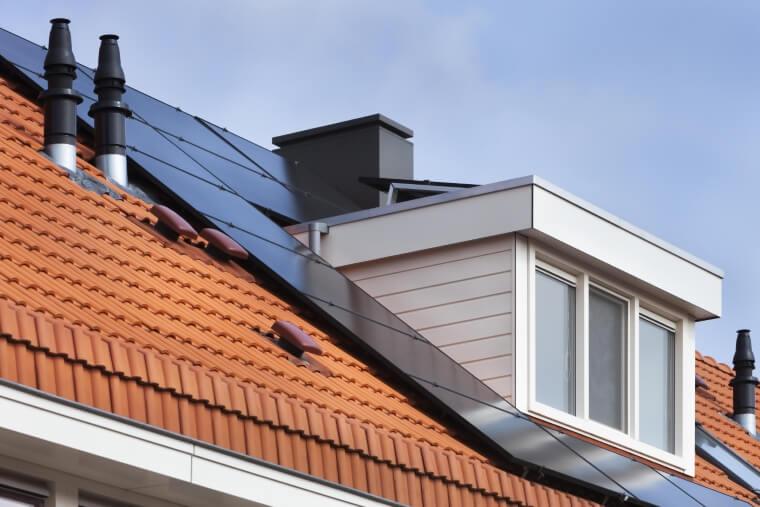 Dakkapel zonnepanelen afvoerpijpje