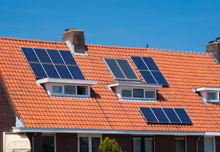 Poly zonnepanelen voorbeeld op rood dak