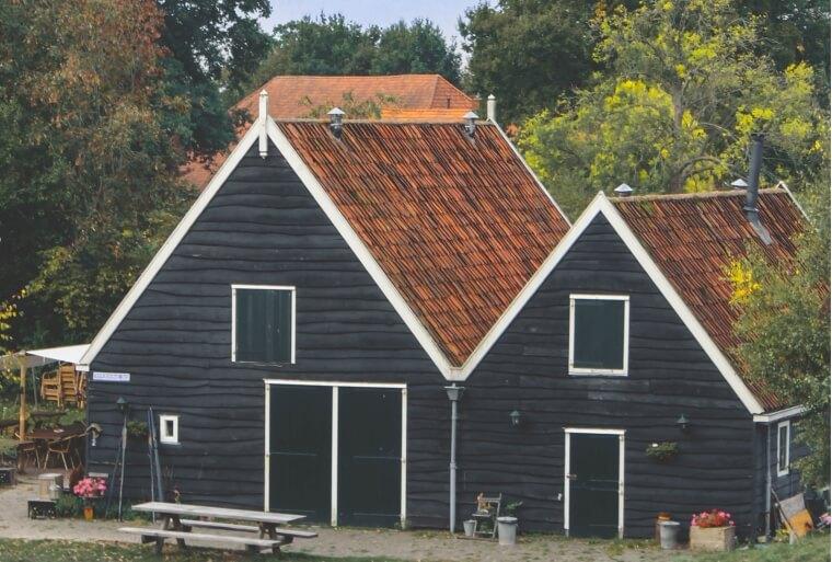 Vieze daken hebben reiniging nodig